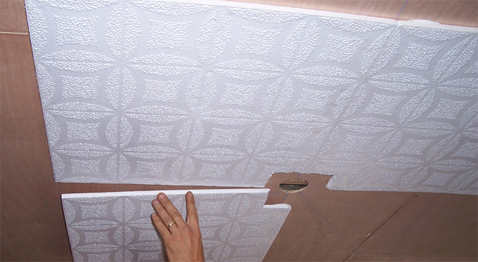 Укладка потолочной плитки и фиксация на клей