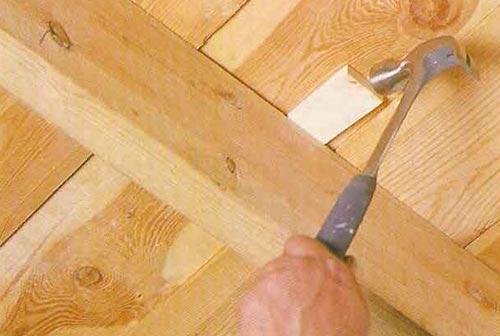 Устранить скрип можно с помощью деревянных клиньев
