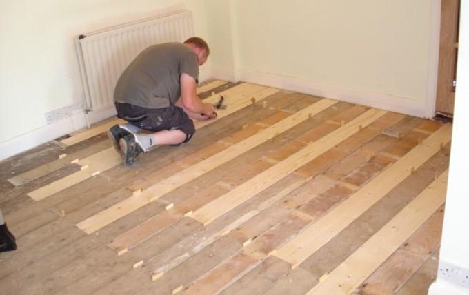 Укладка доски на старый деревянный пол