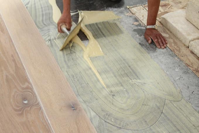 Деревянный пол можно укладывать на стяжку с гидроизоляцией