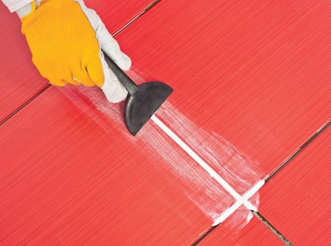 Заделывать швы достаточно легко с помощью резинового шпателя