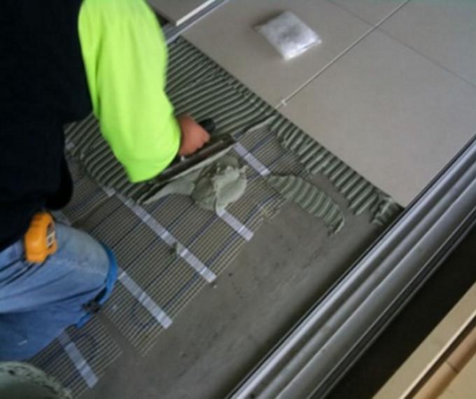 Укладывать плитку на теплый пол необходимо на специальный клей
