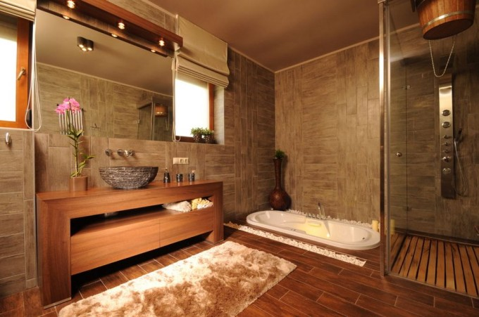 Плитка под дерево на полу в ванной