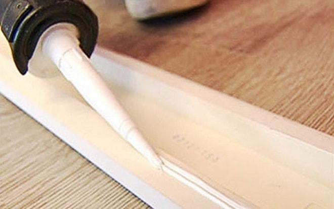 Приклеить напольный плинтус можно с помощью универсального клея