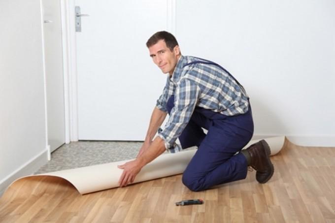 Перед тем как стелить линолеум, следует очистить поверхность от пыли и грязи