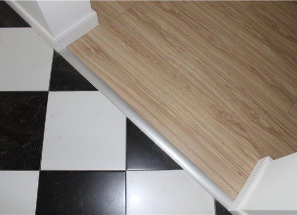 Порог между кафельной плиткой и ламинатом