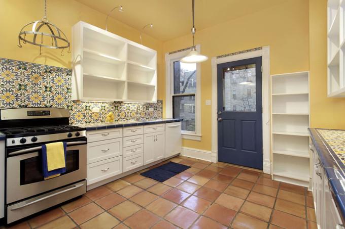 Если вы выбираете плитку на пол, обязательно учитывайте общий дизайн помещения