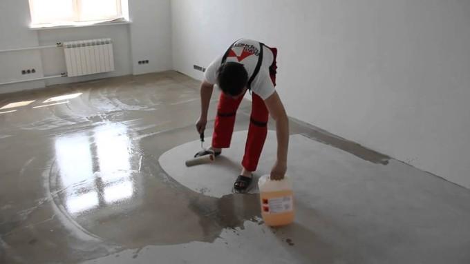 Нанесение грунтовки на бетонное основание