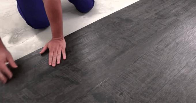 Процесс укладки самоклеющейся виниловой плитки очень прост