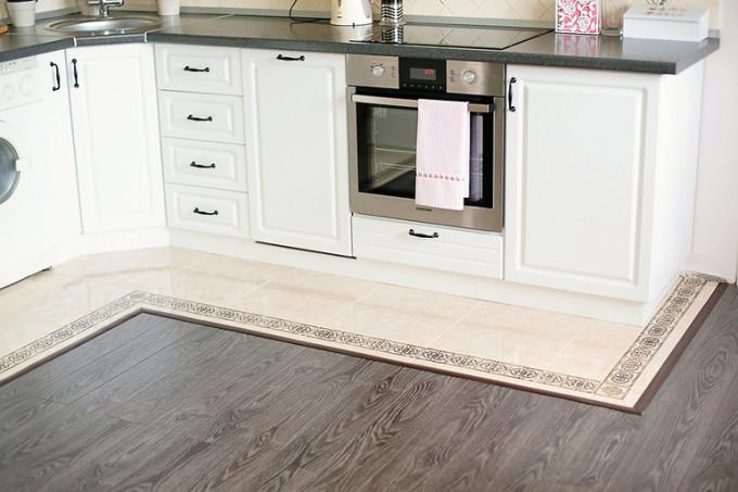 В кухне на полу очень изящно смотрится плитка, совмещенная с ламинатом