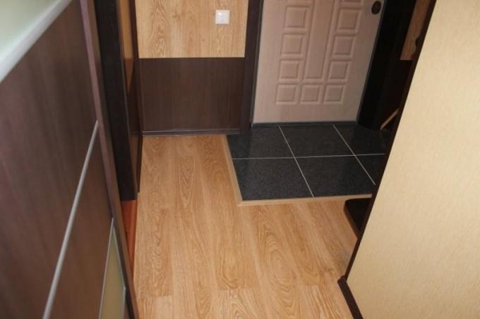 Цвет порогов стоит выбирать в зависимости от интерьера помещения и используемых материалов