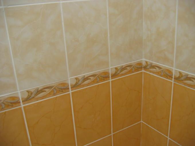 Для кафельной плитки лучше всего использовать клей, в составе которого присутствует цемент